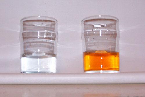 à esquerda água da bica sem o reagente, à direita com o reagente